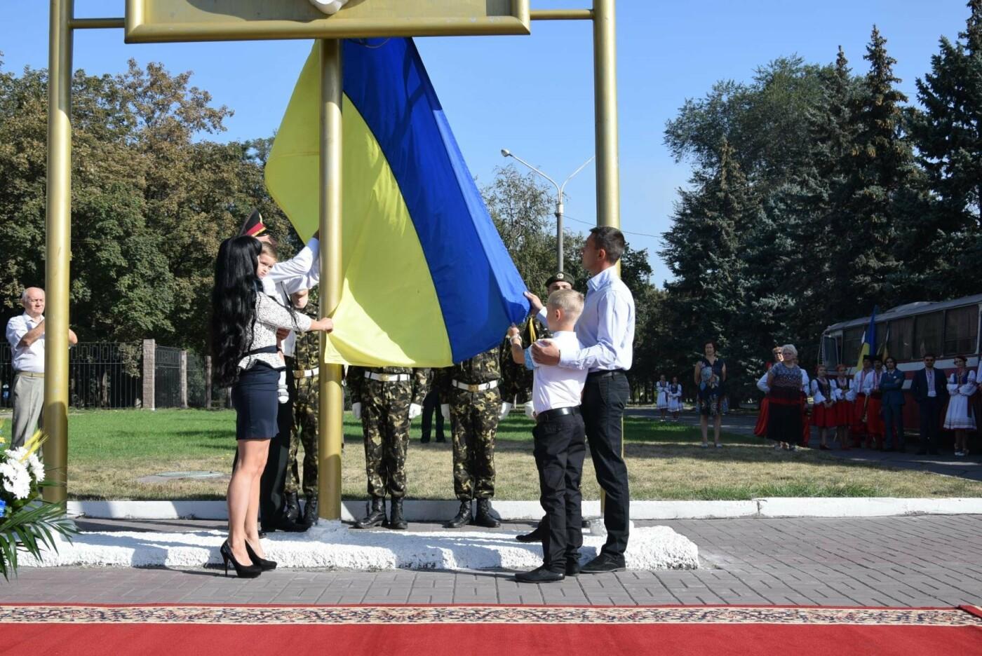 В Каменском торжественно подняли национальный флаг и вручили паспорта, фото-8