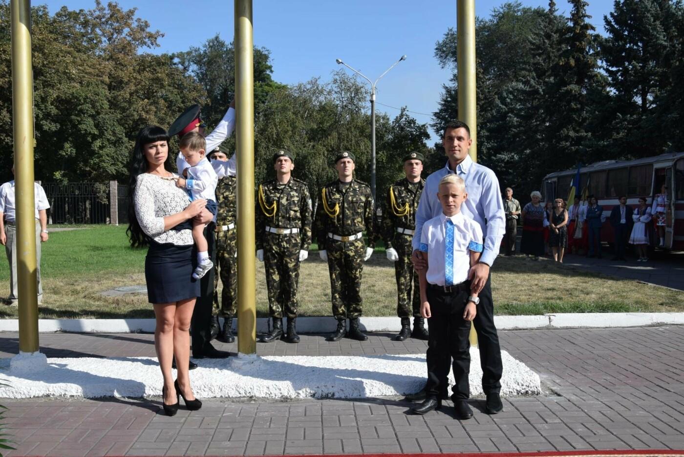 В Каменском торжественно подняли национальный флаг и вручили паспорта, фото-9