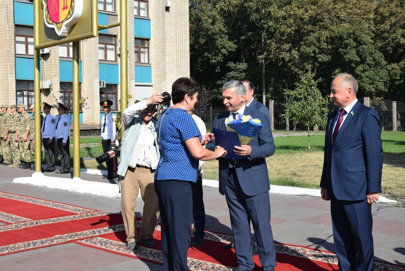 В Каменском торжественно подняли национальный флаг и вручили паспорта, фото-4