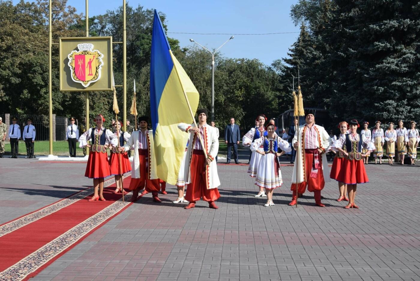 В Каменском торжественно подняли национальный флаг и вручили паспорта, фото-12