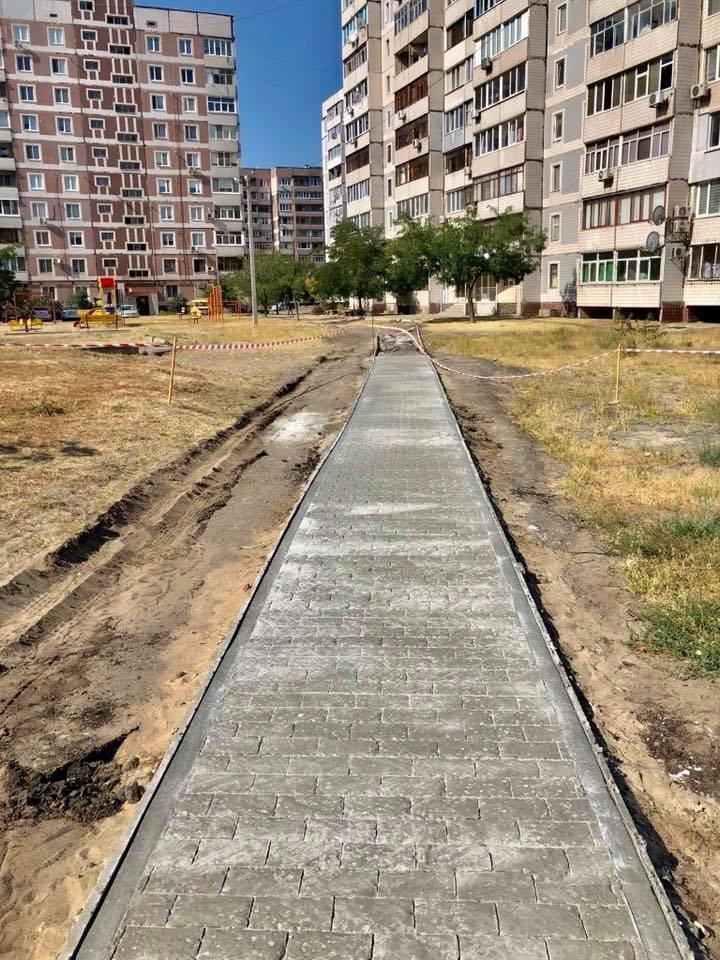На левобережье Каменского прокладывают новые тротуарные дорожки, фото-11