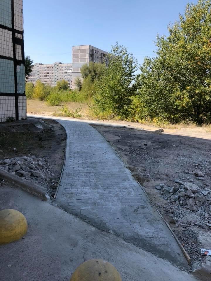 На левобережье Каменского прокладывают новые тротуарные дорожки, фото-2