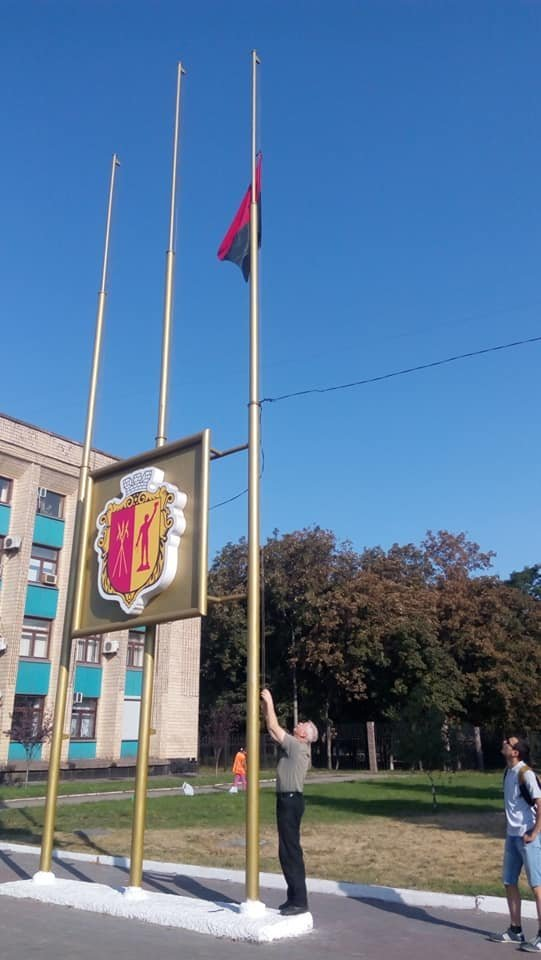 Вопреки голосованию: у мэрии Каменского впервые подняли красно-черный флаг, фото-3