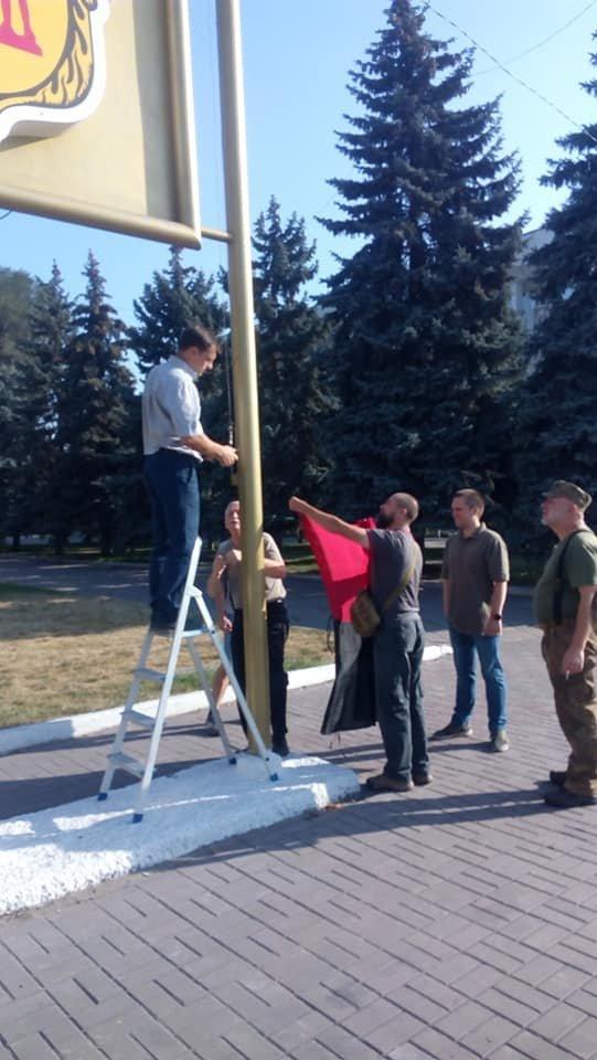 Вопреки голосованию: у мэрии Каменского впервые подняли красно-черный флаг, фото-4