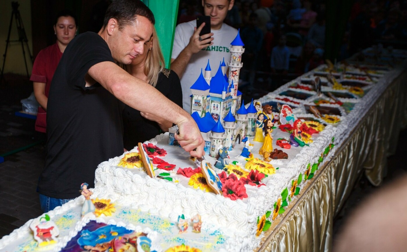 «Люблю Кам'янське», 12-метровый торт и фейерверки: как каменчане отмечали День города, фото-1