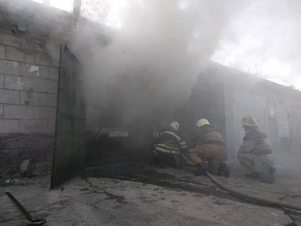 В Каменском горел закрытый гараж с иномаркой внутри , фото-1