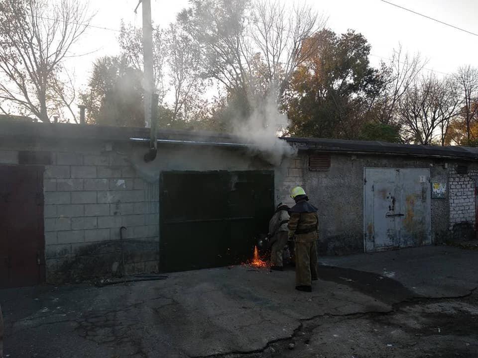В Каменском горел закрытый гараж с иномаркой внутри , фото-4