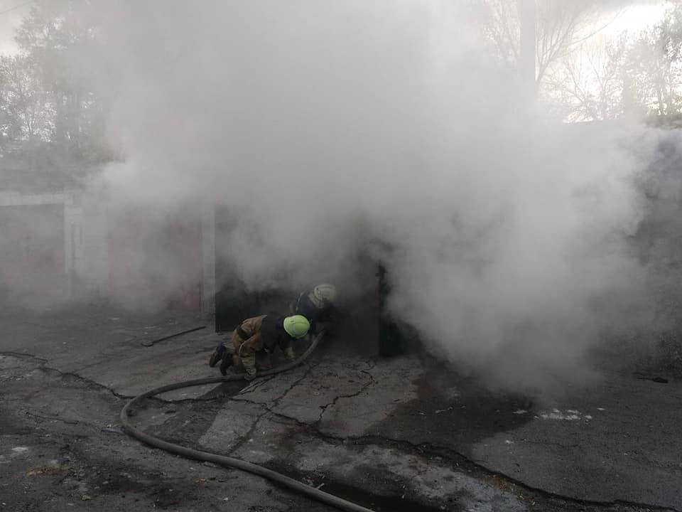 В Каменском горел закрытый гараж с иномаркой внутри , фото-2