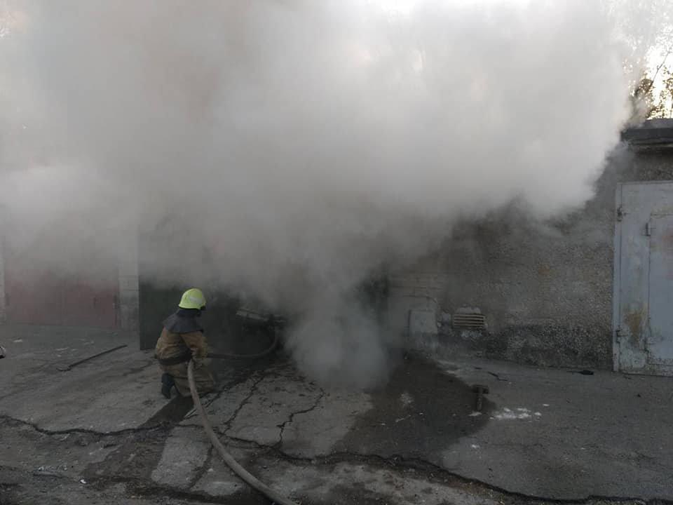В Каменском горел закрытый гараж с иномаркой внутри , фото-3