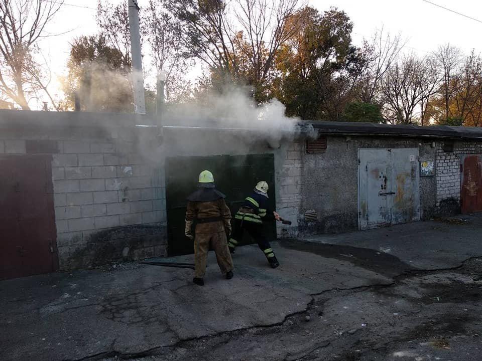 В Каменском горел закрытый гараж с иномаркой внутри , фото-5