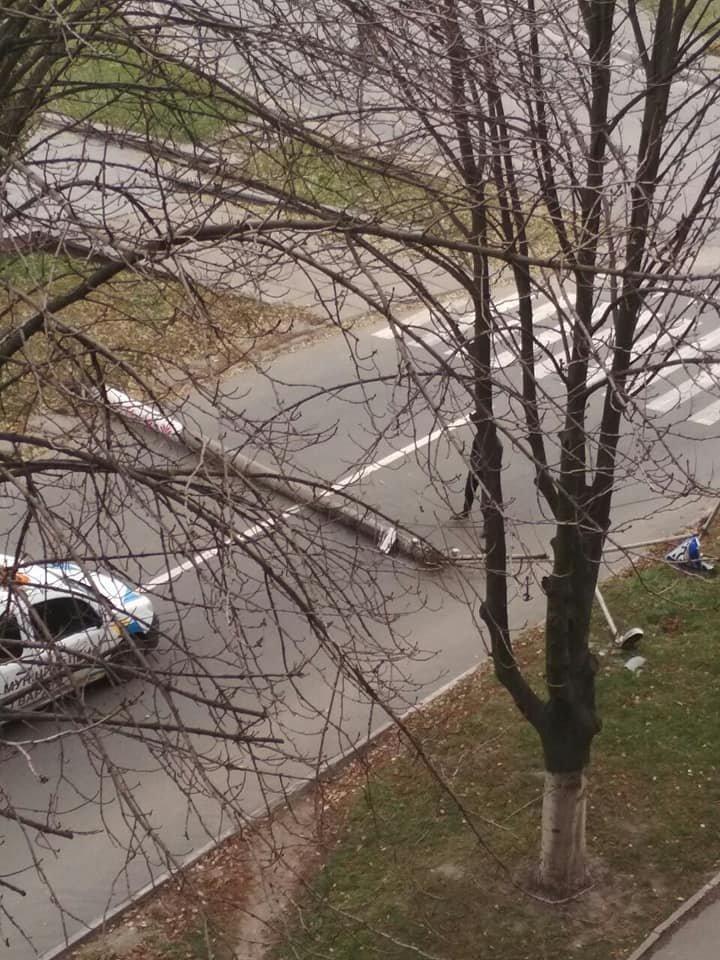 В Каменском грузовой автомобиль сбил электроопору, фото-1