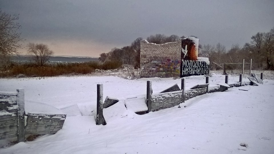 В Каменского вандалы разгромили забор и детскую площадку, фото-1