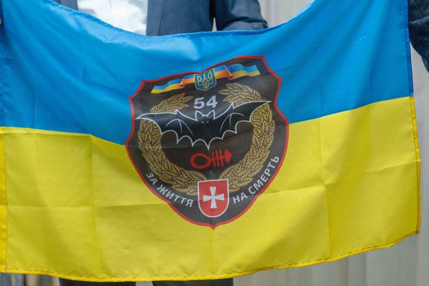 Бойцы Операции Объединенных сил подарили мэру Каменского боевой флаг, фото-2
