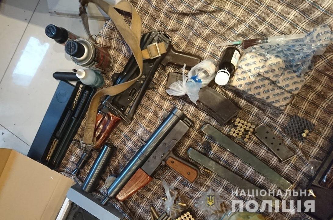 Арсенал оружия и наркотики: полицейские провели обыск у каменчанина, фото-1