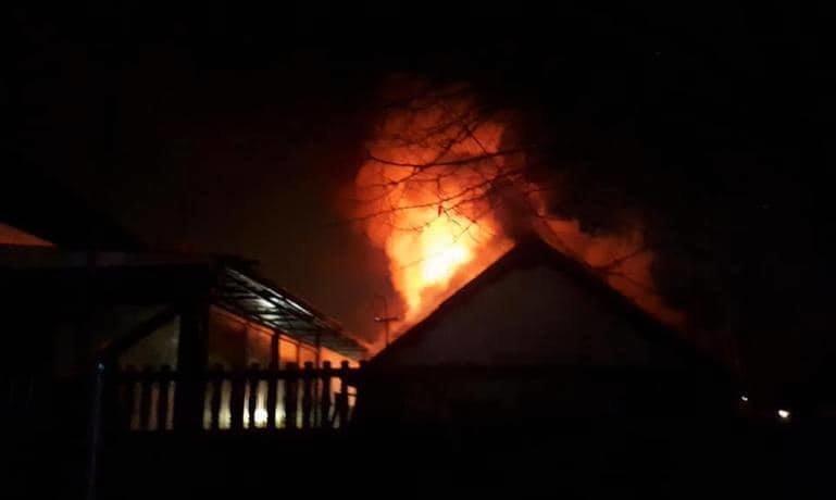 В Каменском горели частный дом и двухкомнатная квартира, фото-3
