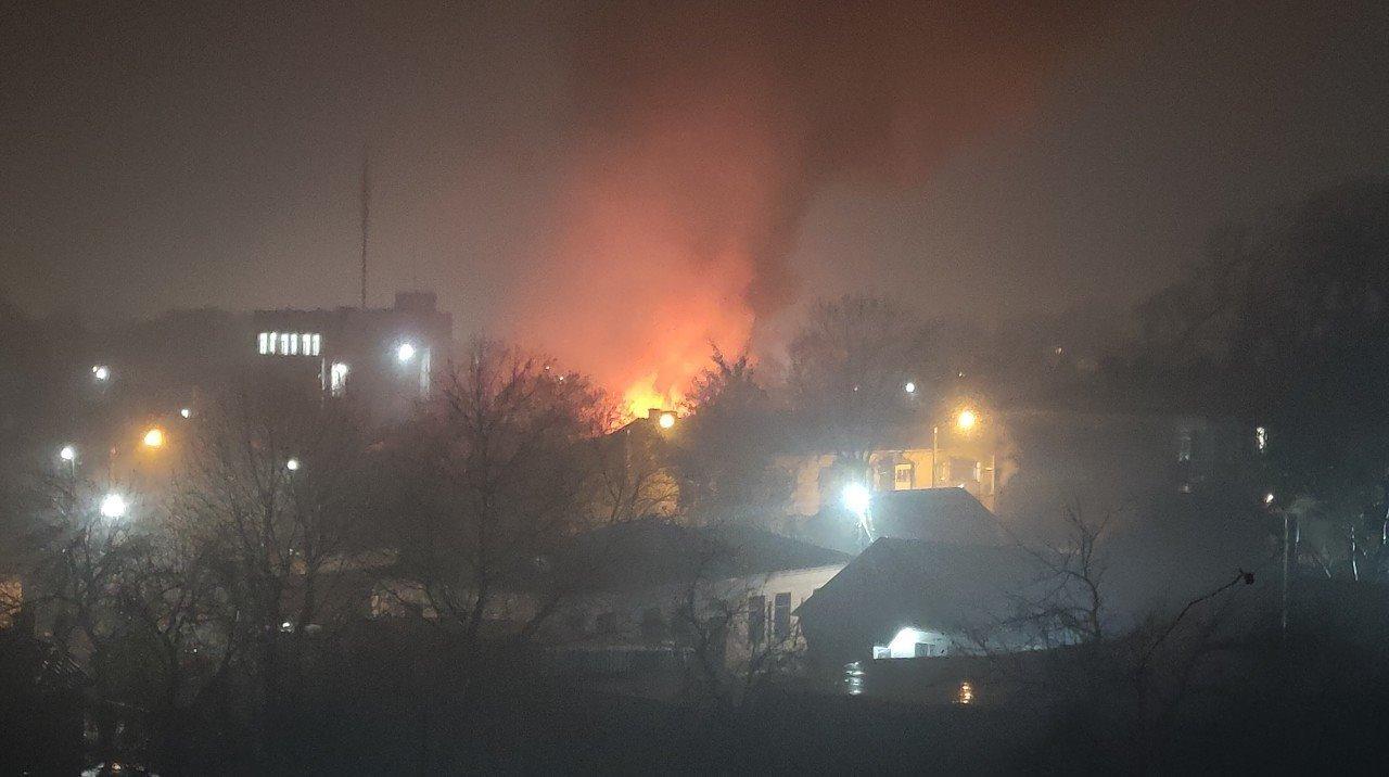 В Каменском горели частный дом и двухкомнатная квартира, фото-1