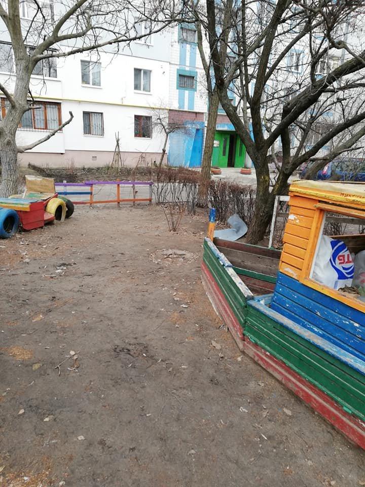 Каменчане превратили детскую площадку в мусорную свалку, фото-1