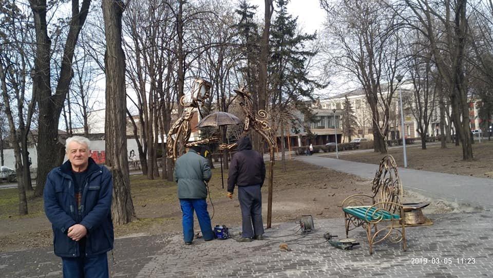 В центральном сквере Каменского устанавливают литые скульптуры и лавки, фото-3