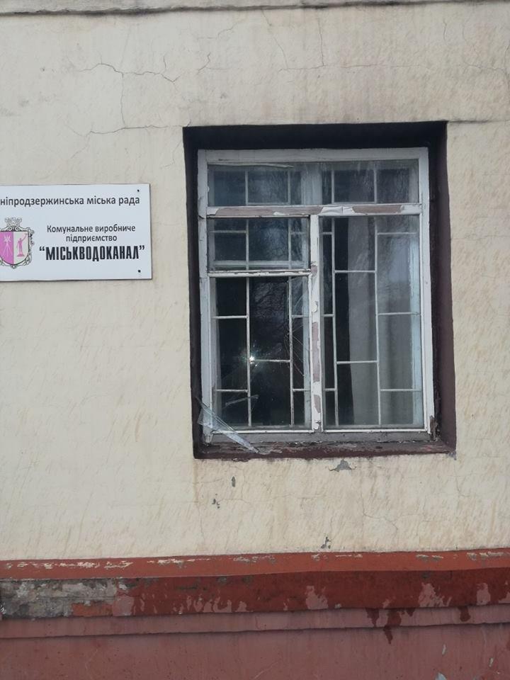 Нетрезвый каменчанин разбил окно «Горводоканала», фото-1