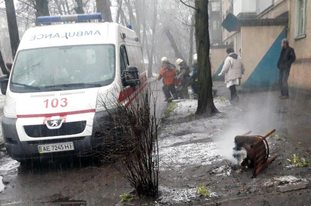 Ожоги лица, шеи и рук: в Каменском из горящей квартиры спасли мужчину, фото-1