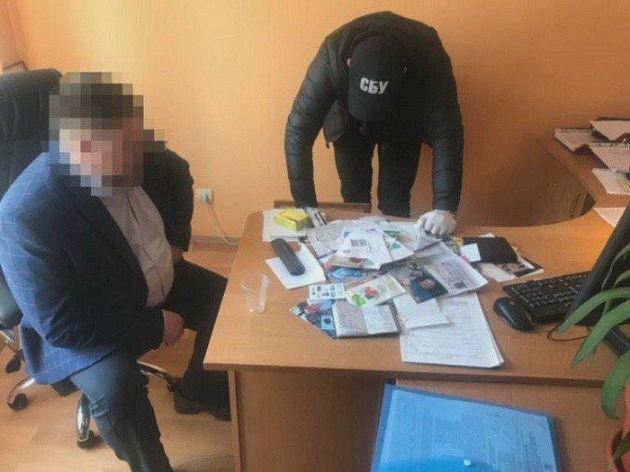 Требовал 3 000 долларов за снятие ареста: на Днепропетровщине спецслужбы задержали чиновника, фото-1