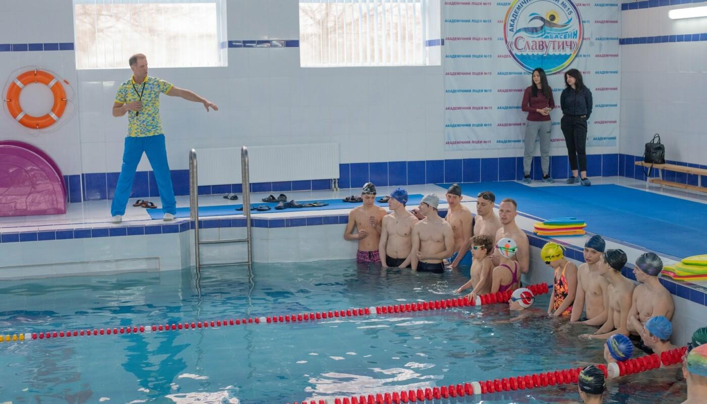 Плавали вместе с мэром: в Каменском лицее №15 прошел открытый урок по плаванию, фото-1