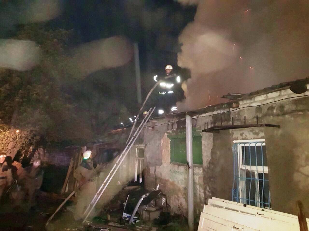 Повредил станки и уничтожил крышу: в столярной мастерской Каменского разбушевался огонь  , фото-1