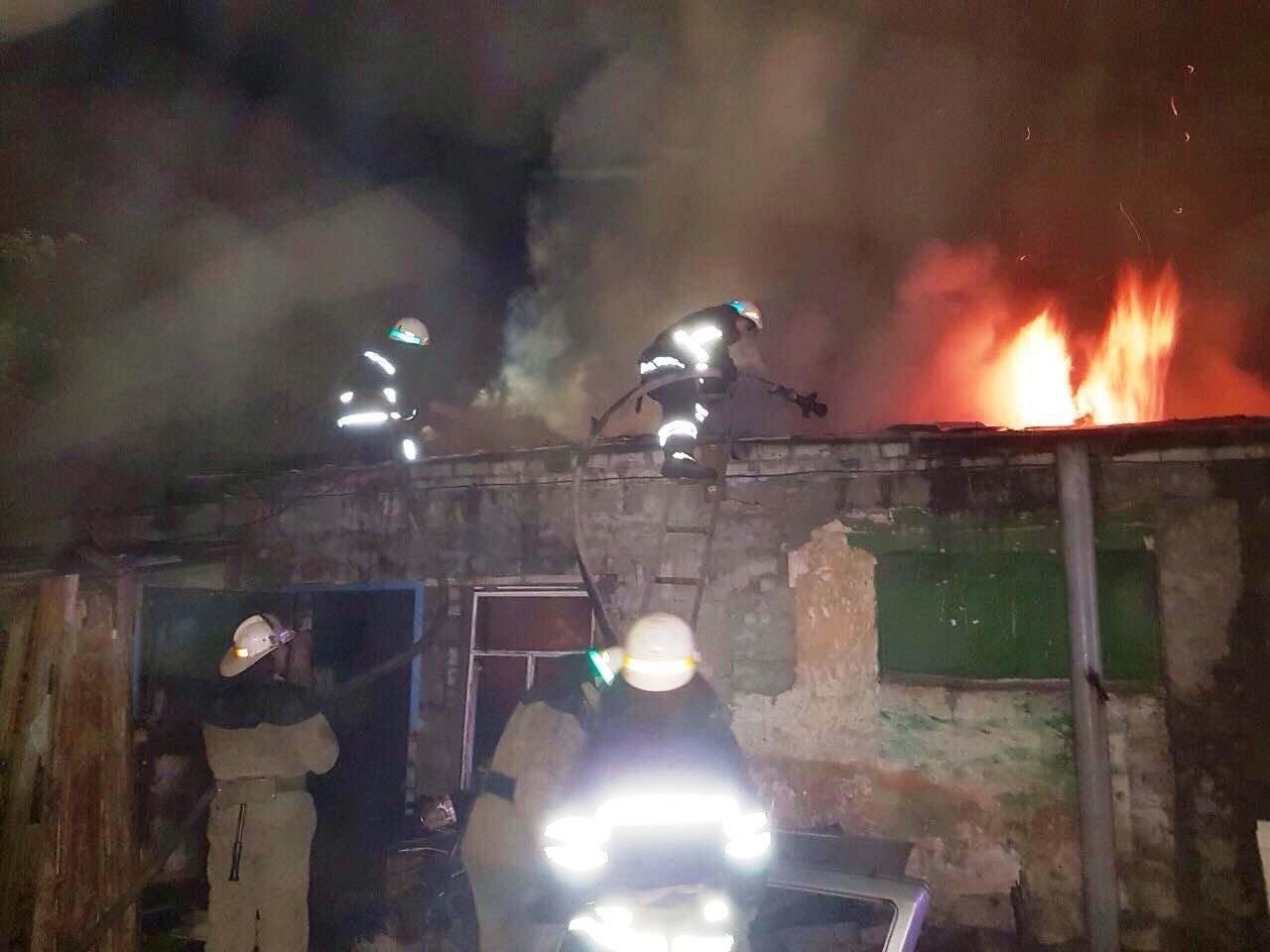 Повредил станки и уничтожил крышу: в столярной мастерской Каменского разбушевался огонь  , фото-2