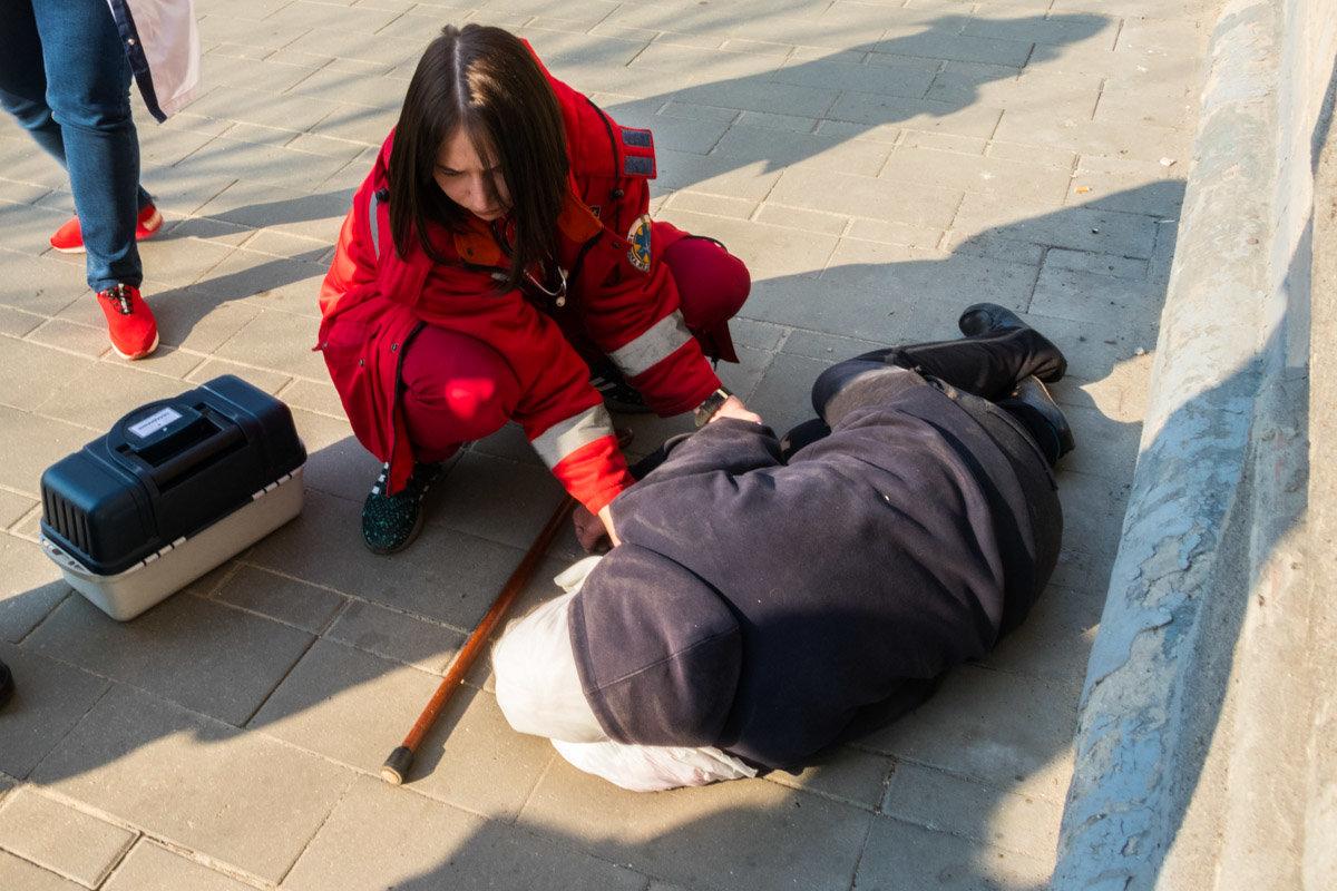 Думали, что умерла: в Днепре не реагировали на лежащую возле магазина старушку, фото-3