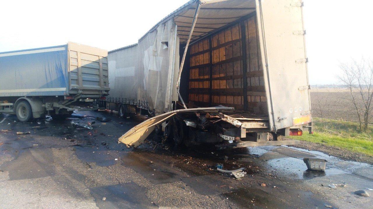 Неподалеку от Каменского столкнулись два грузовика и микроавтобус: есть пострадавший  , фото-1