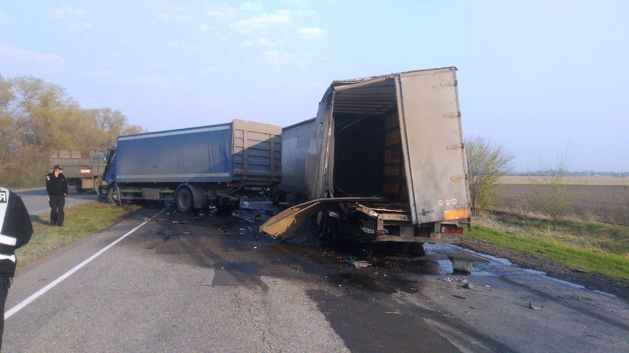 Неподалеку от Каменского столкнулись два грузовика и микроавтобус: есть пострадавший  , фото-3