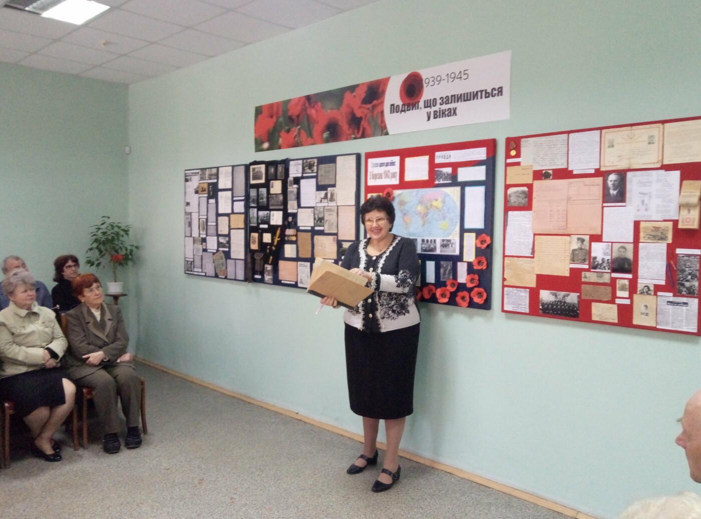 Ветераны Каменского торжественно открыли выставку ко Дню Победы, фото-1