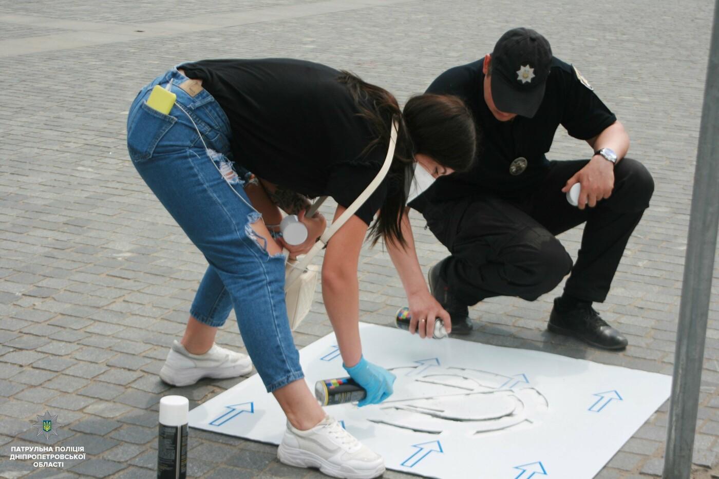 Сними наушники и спрячь телефон: в Днепре на тротуарах появились надписи для пешеходов, фото-16