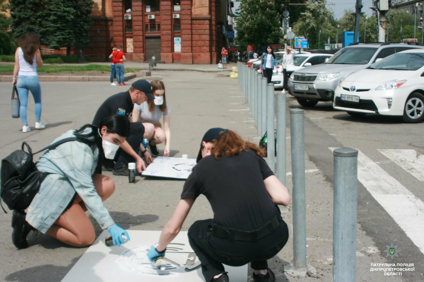 Сними наушники и спрячь телефон: в Днепре на тротуарах появились надписи для пешеходов, фото-15