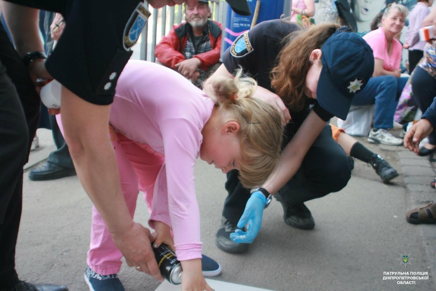 Сними наушники и спрячь телефон: в Днепре на тротуарах появились надписи для пешеходов, фото-3