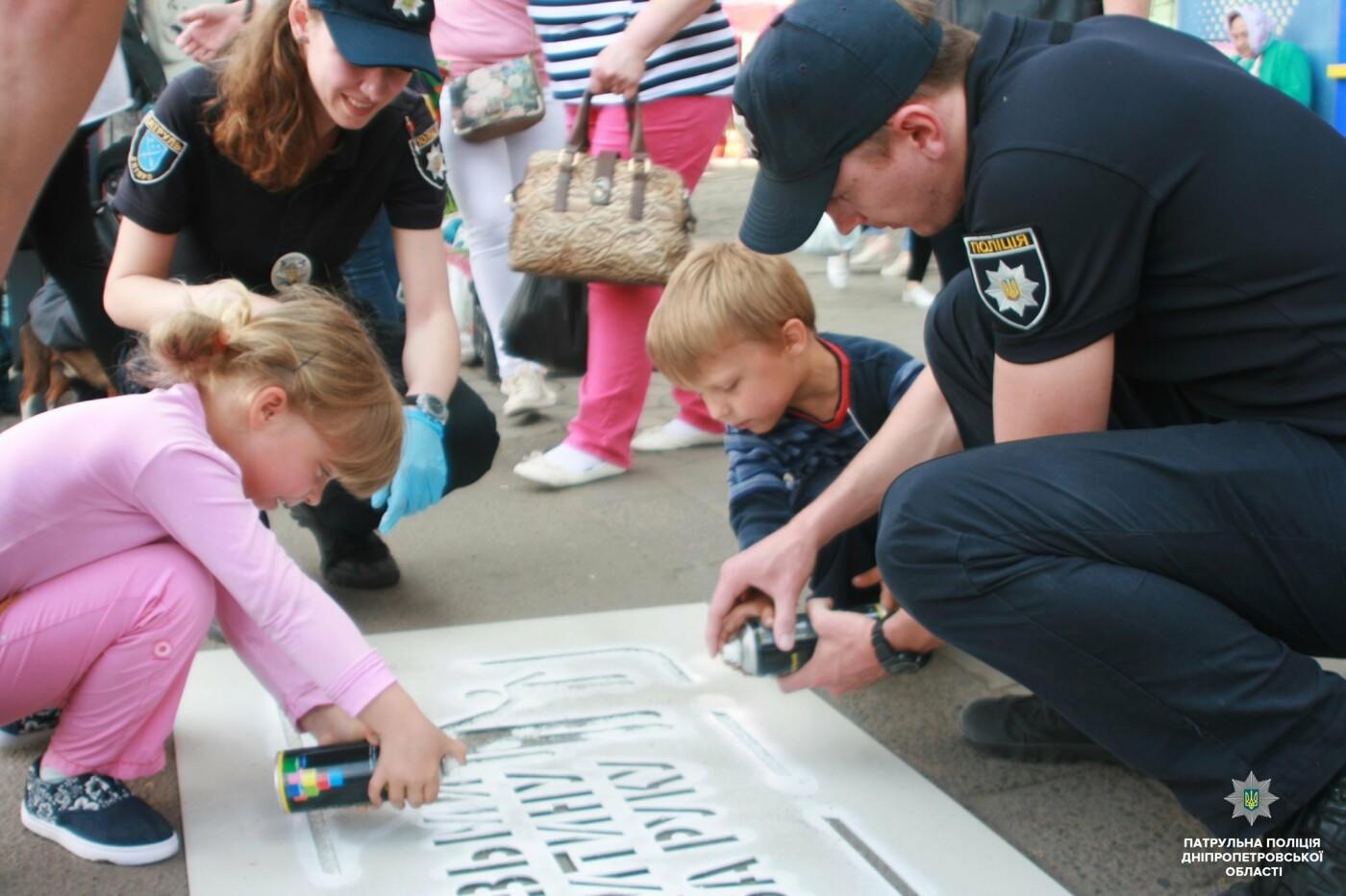 Сними наушники и спрячь телефон: в Днепре на тротуарах появились надписи для пешеходов, фото-2