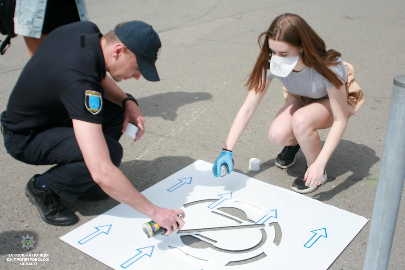 Сними наушники и спрячь телефон: в Днепре на тротуарах появились надписи для пешеходов, фото-14