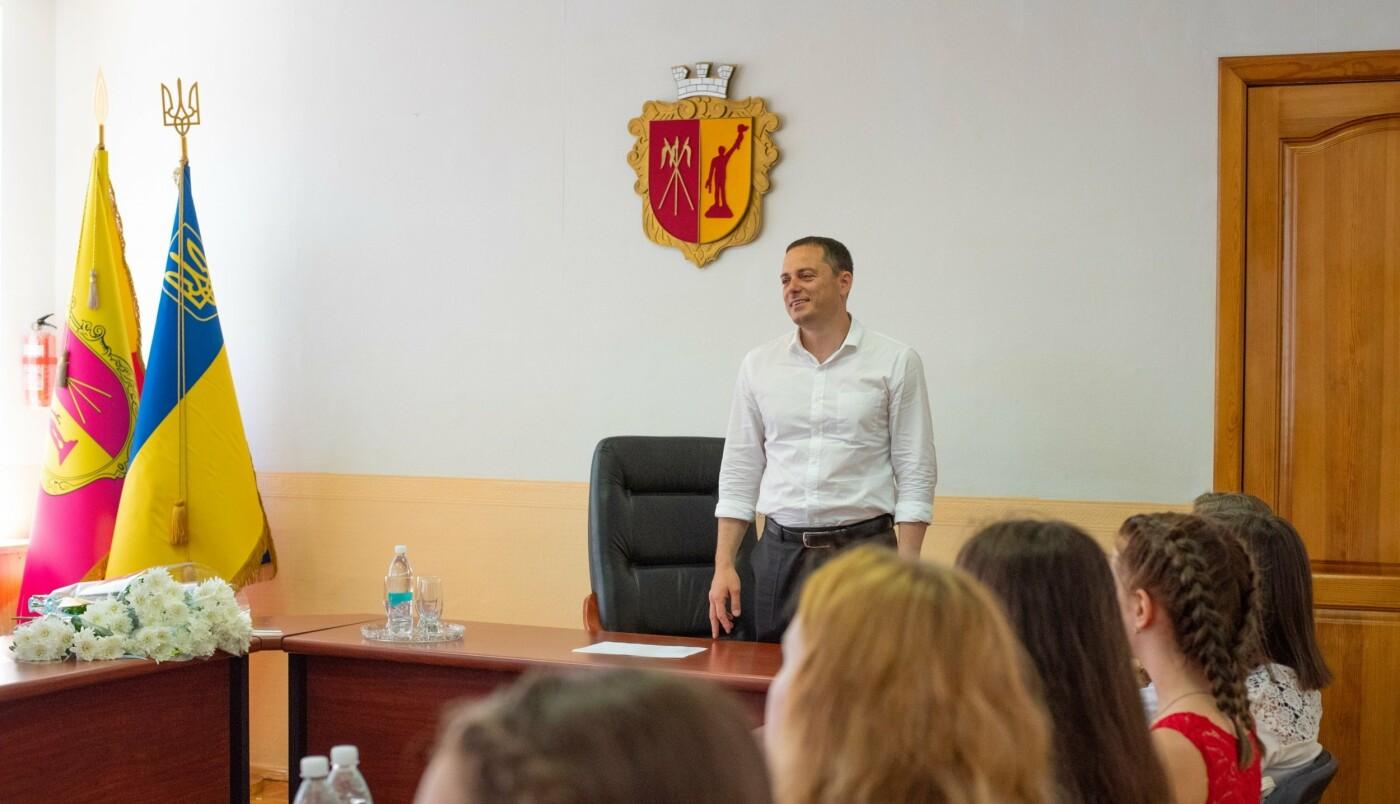 Школьникам и студентам Каменского вручили стипендии исполкома, фото-1