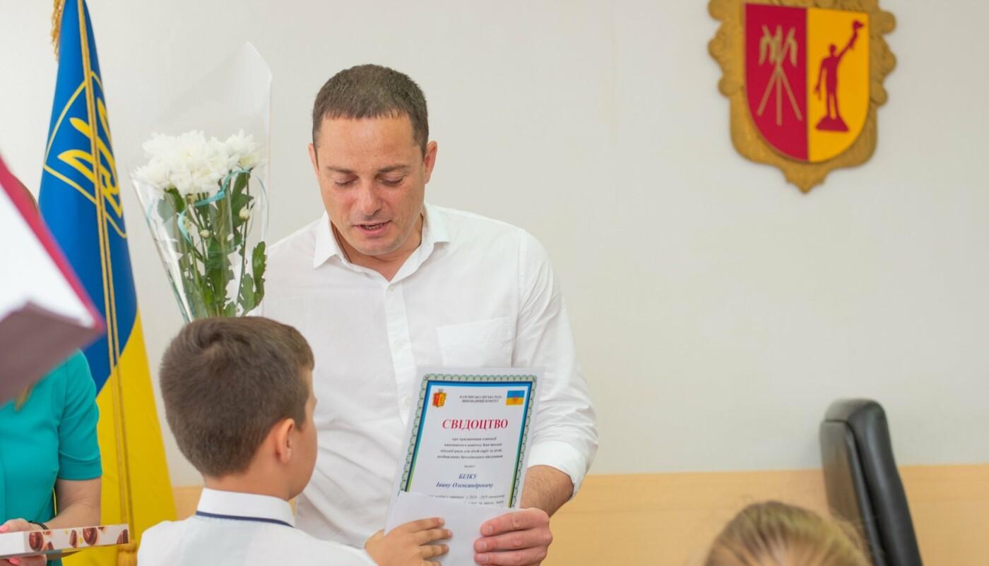 Школьникам и студентам Каменского вручили стипендии исполкома, фото-2
