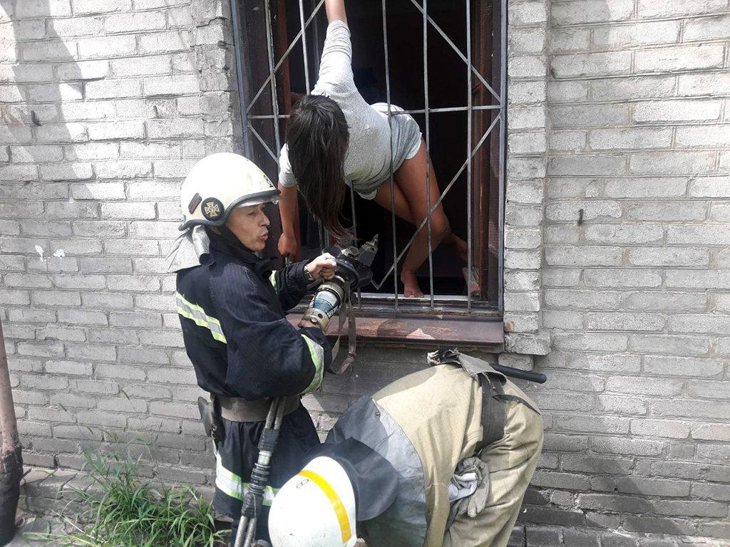 В Каменском спасли девочку, которая застряла в металлической решетке , фото-1