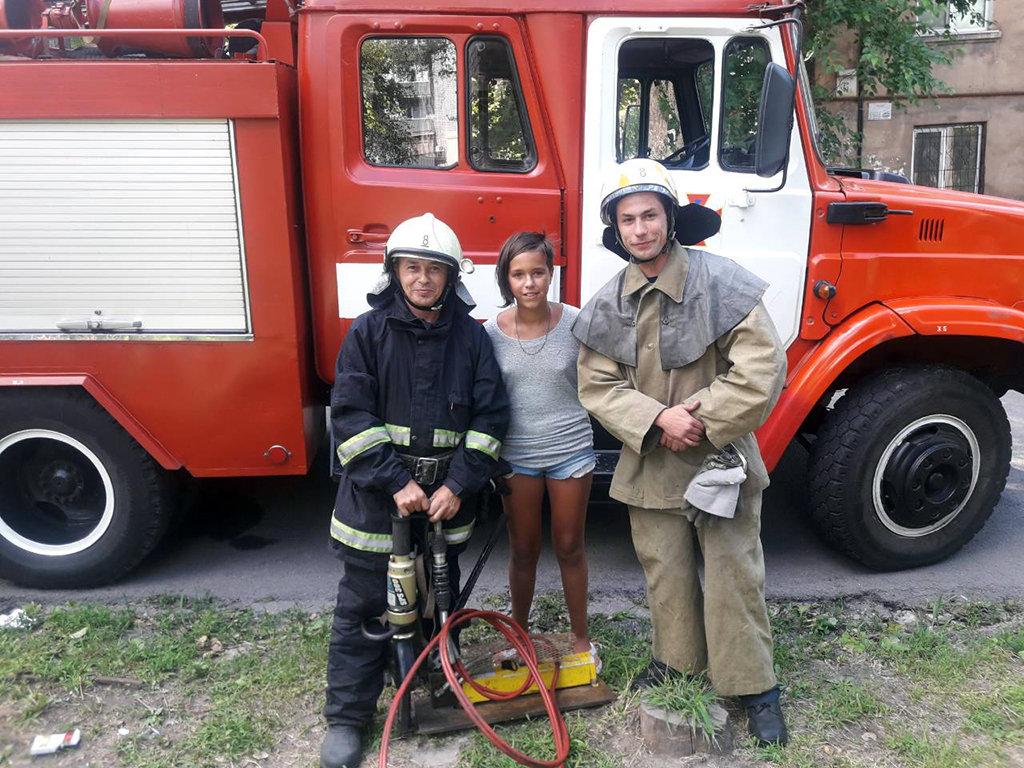 В Каменском спасли девочку, которая застряла в металлической решетке , фото-2