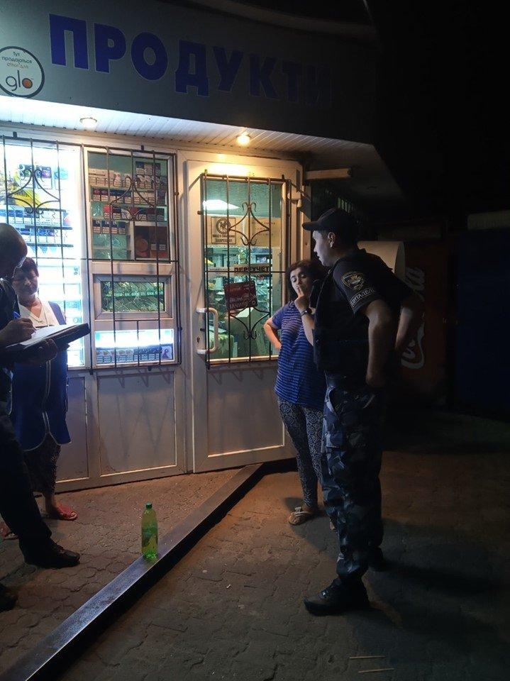 В Каменском пьяный мужчина разбил витрину магазина , фото-1