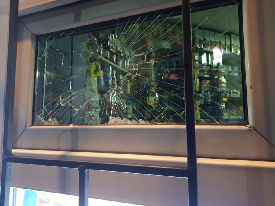 В Каменском пьяный мужчина разбил витрину магазина , фото-3
