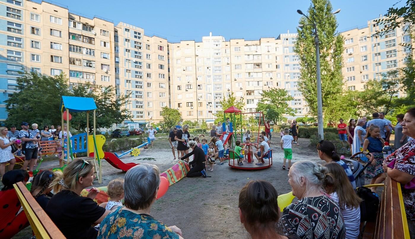Во дворах Каменского продолжают устанавливать детские площадки, фото-2