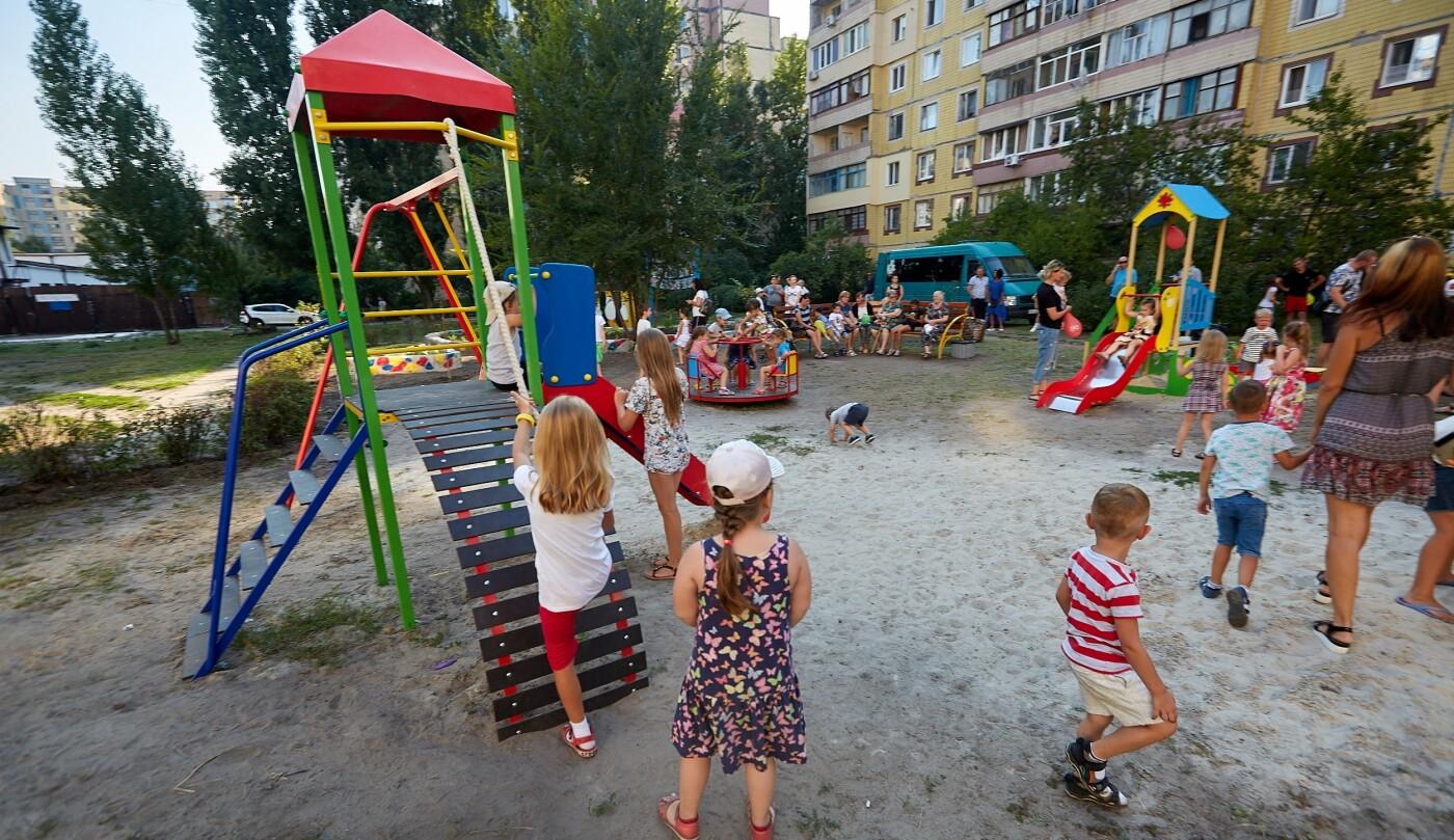 Во дворах Каменского продолжают устанавливать детские площадки, фото-4