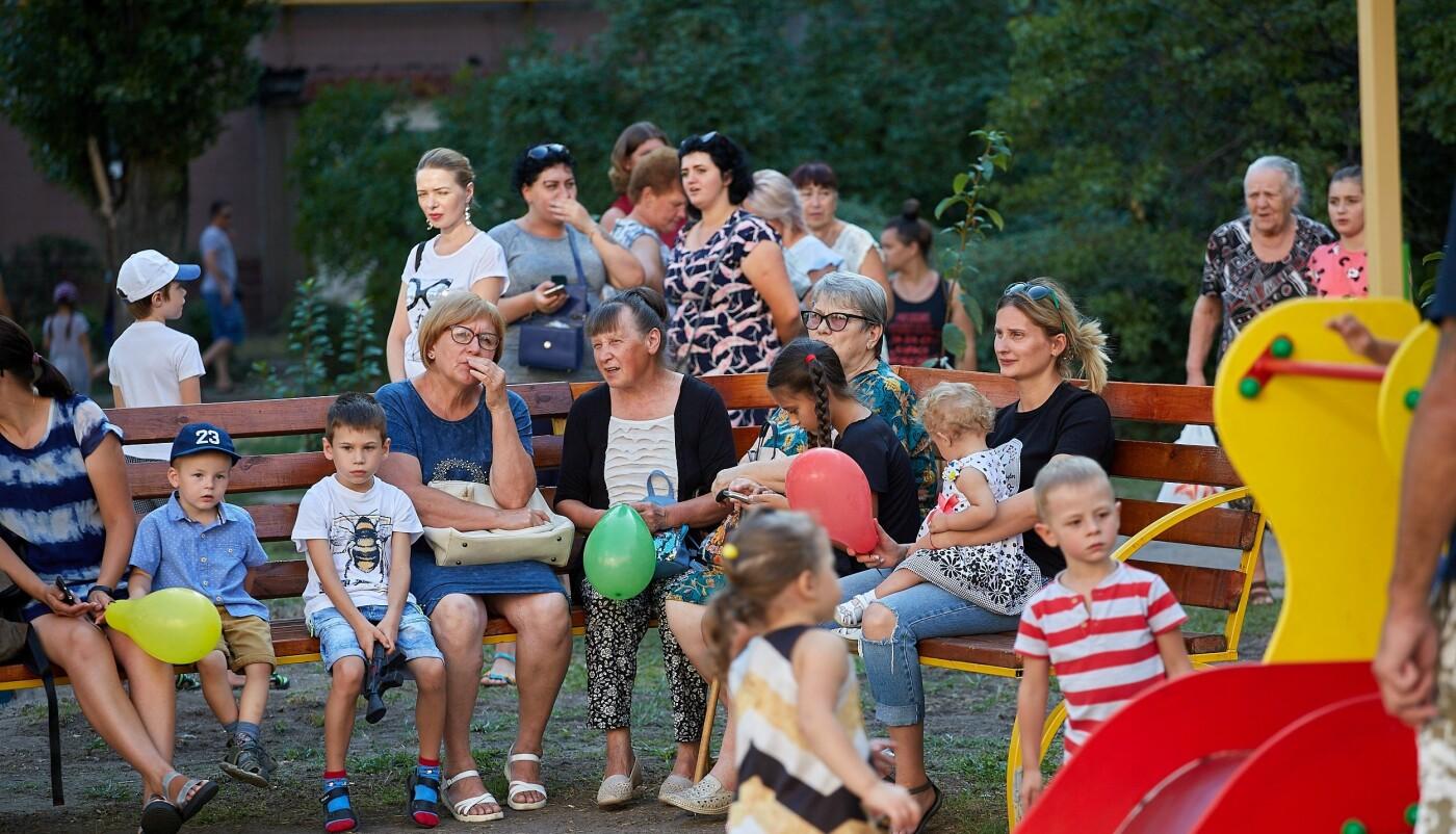 Во дворах Каменского продолжают устанавливать детские площадки, фото-3