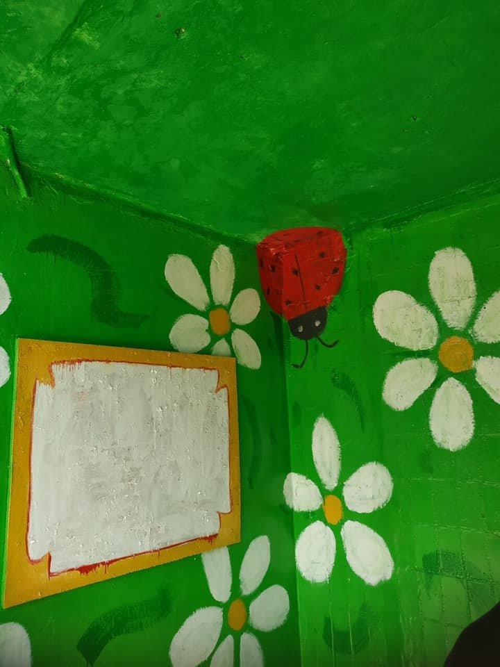 Ладошки, ромашки и солнышки: каменчане украсили свой подъезд, фото-5