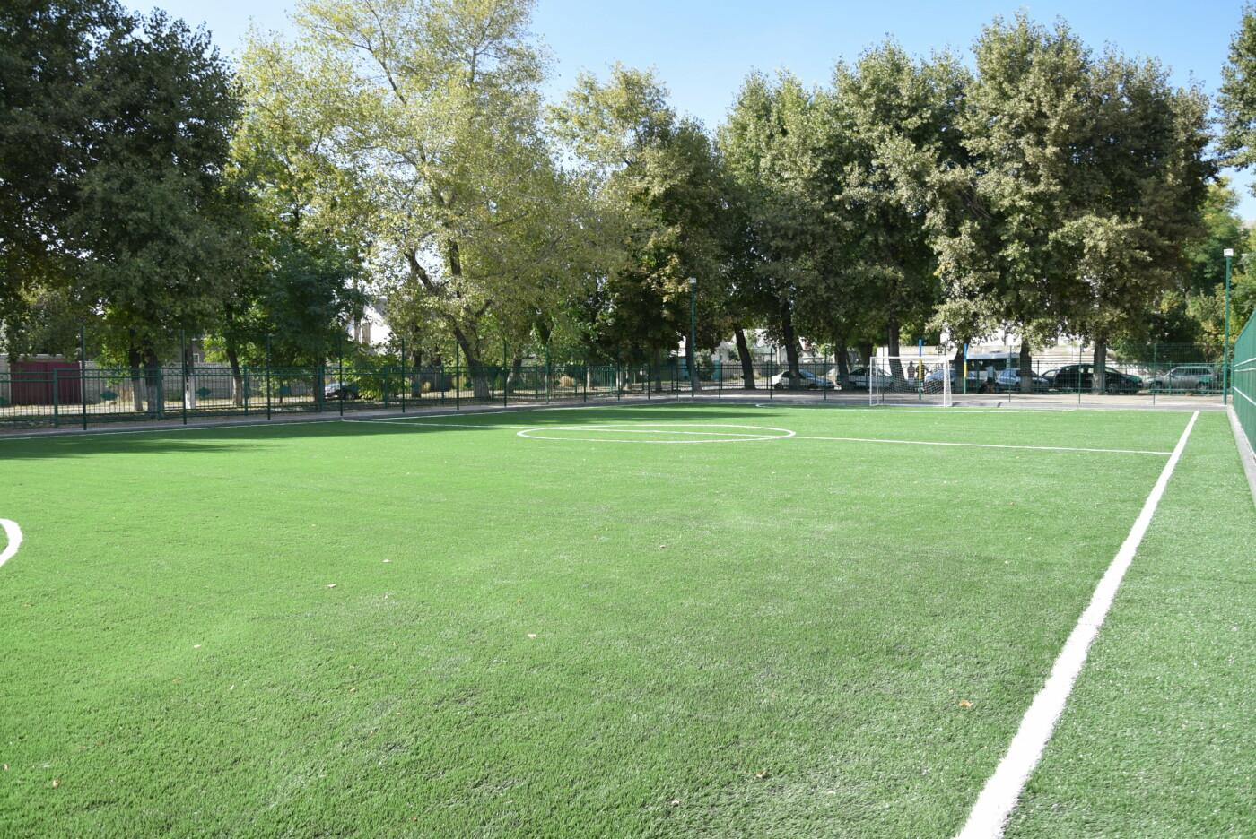 На День города двум школам Каменского подарили новые спортивные поля, фото-1