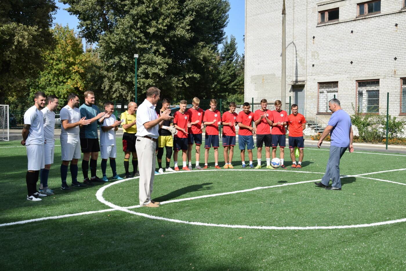 На День города двум школам Каменского подарили новые спортивные поля, фото-7
