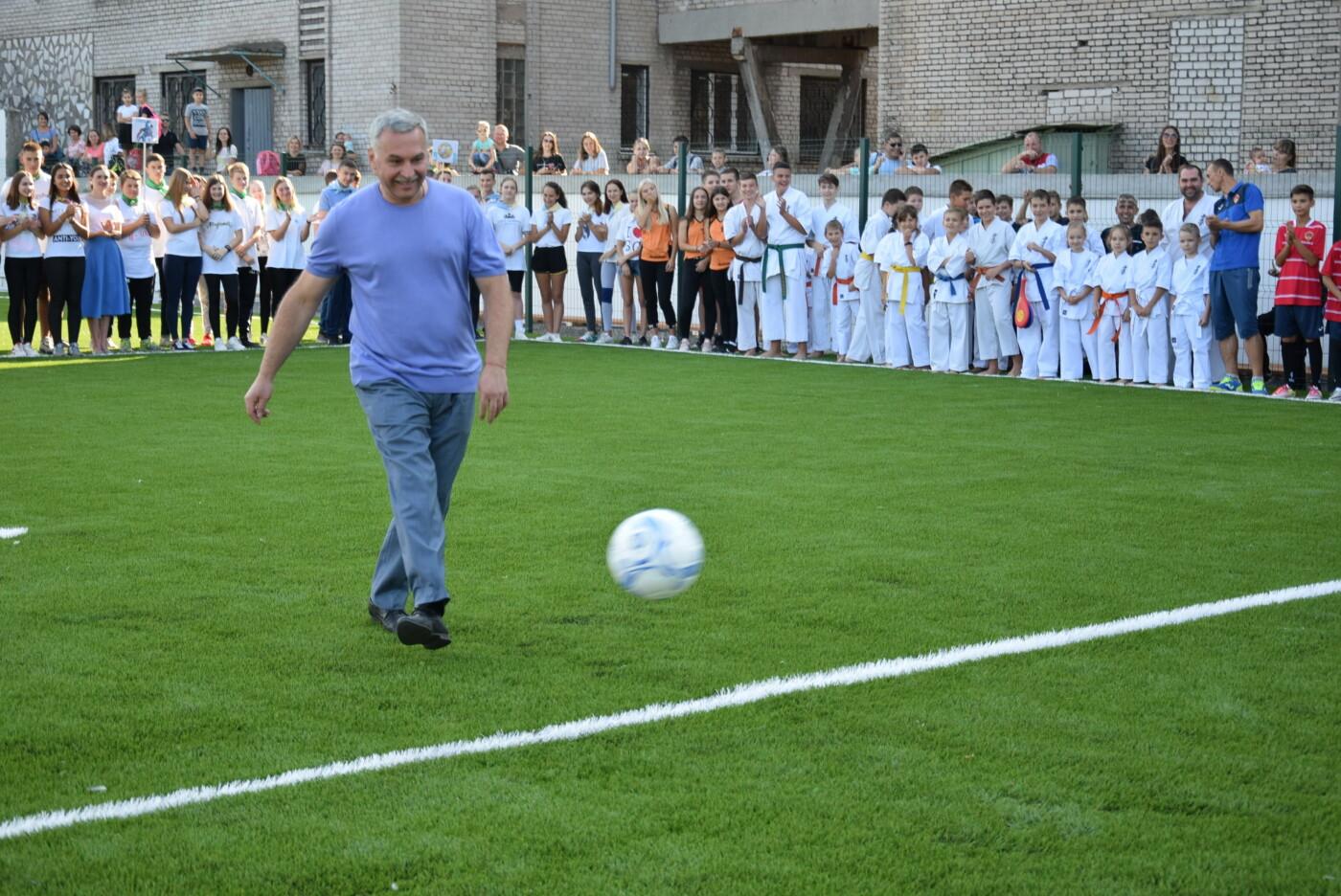 На День города двум школам Каменского подарили новые спортивные поля, фото-19